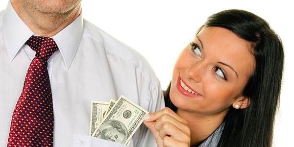 финансы в руках мужчины