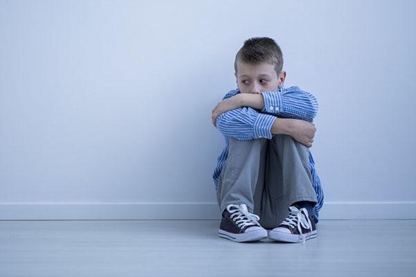 больной аутизмом ребенок