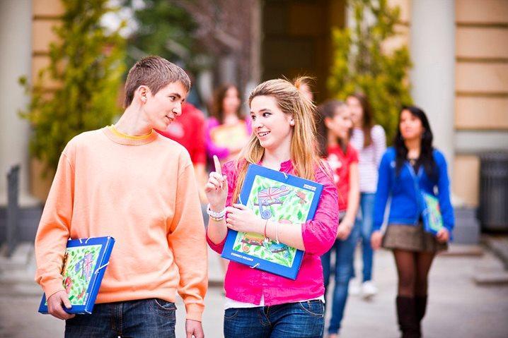 Общение девушки и парня подростков