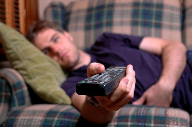 парень смотрит телевизор