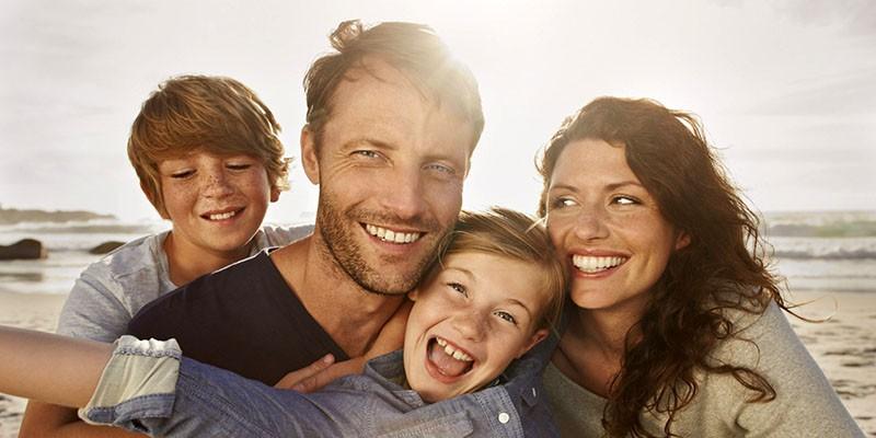 счастливая семья и улыбки