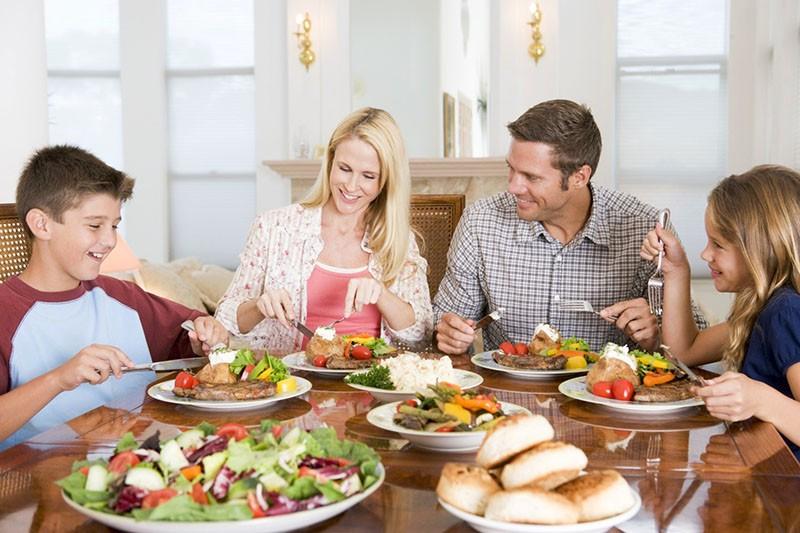 счастливая семья за семейным ужином